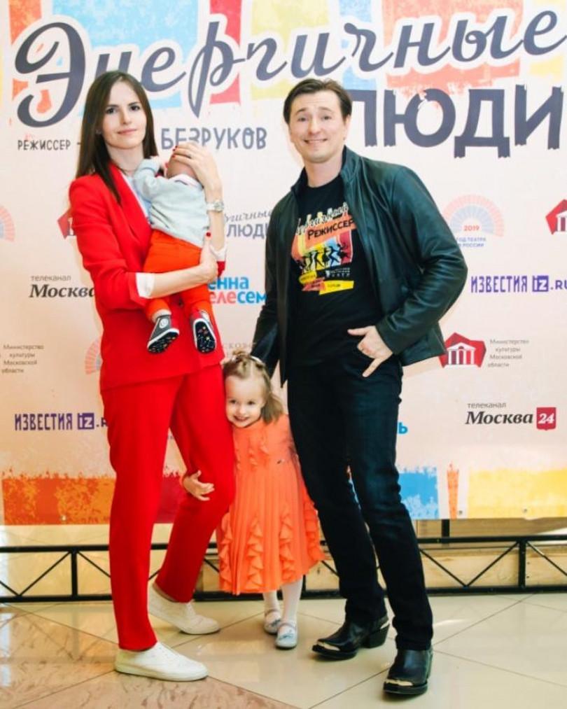 Безруков с женой и детьми