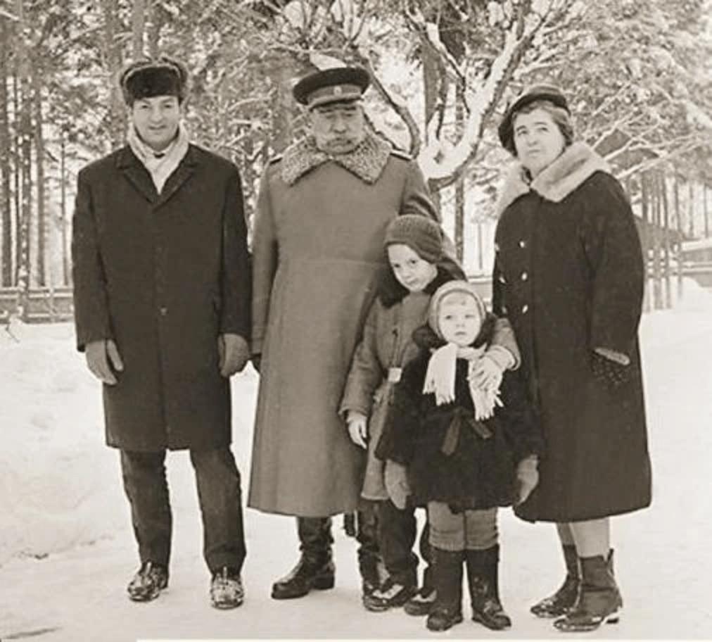 Анастасия Будённая в детстве с дедом и родителями