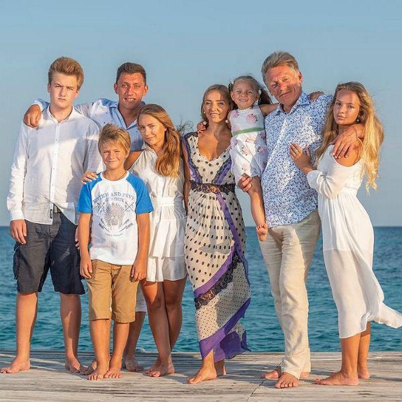 Дмитрий Песков и Татьяна Навка и их дети от предыдущих браков