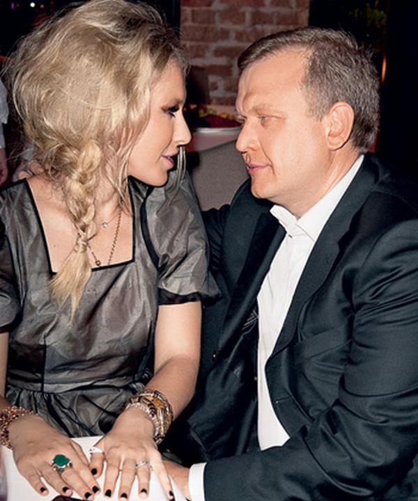 руке Ксении красуется кольцо с огромным изумрудом - подарок Сергея