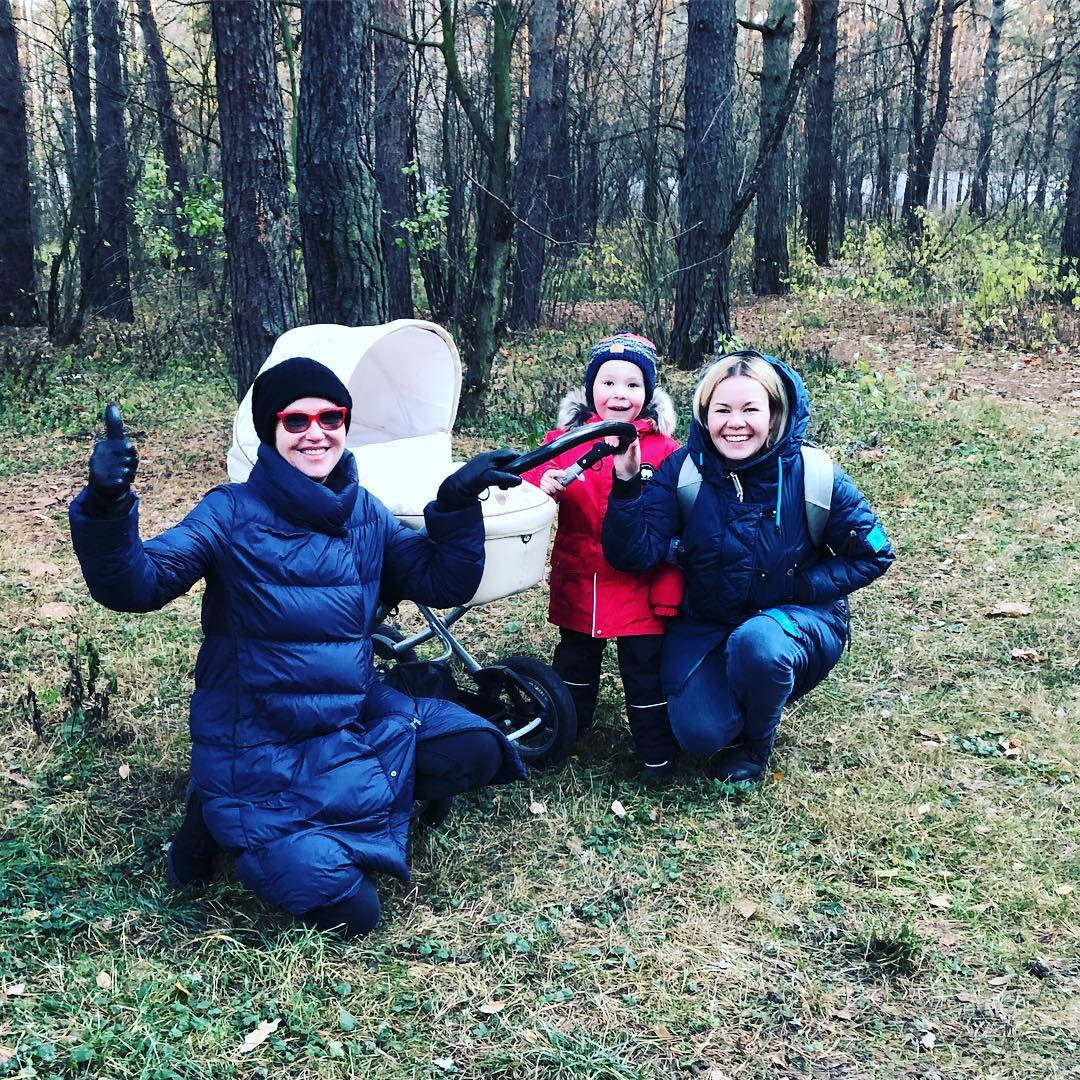 Ирина Розанова на прогулке с племянницей и внуками
