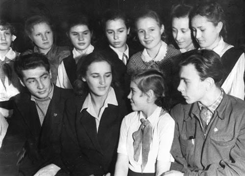 Вячеслав Тихонов и Нонна Мордюкова встречаются с пионерами, 1949 г.