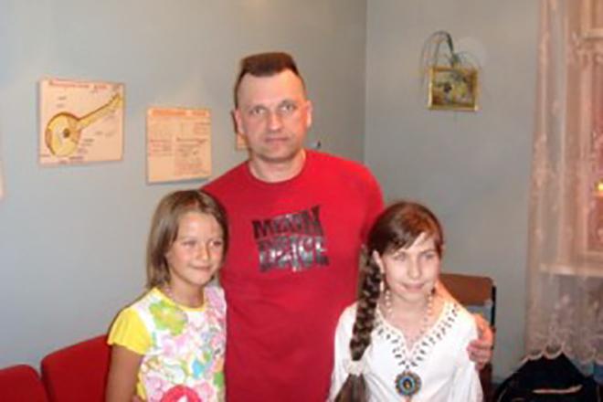 Сергей Лемох с дочерьми старшей Людмилой и младшей Алисой, 90-е годы