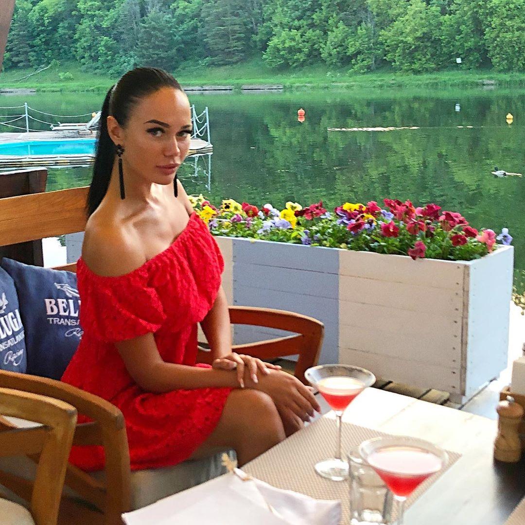 Яна на фоне реки в ресторане «Причал»