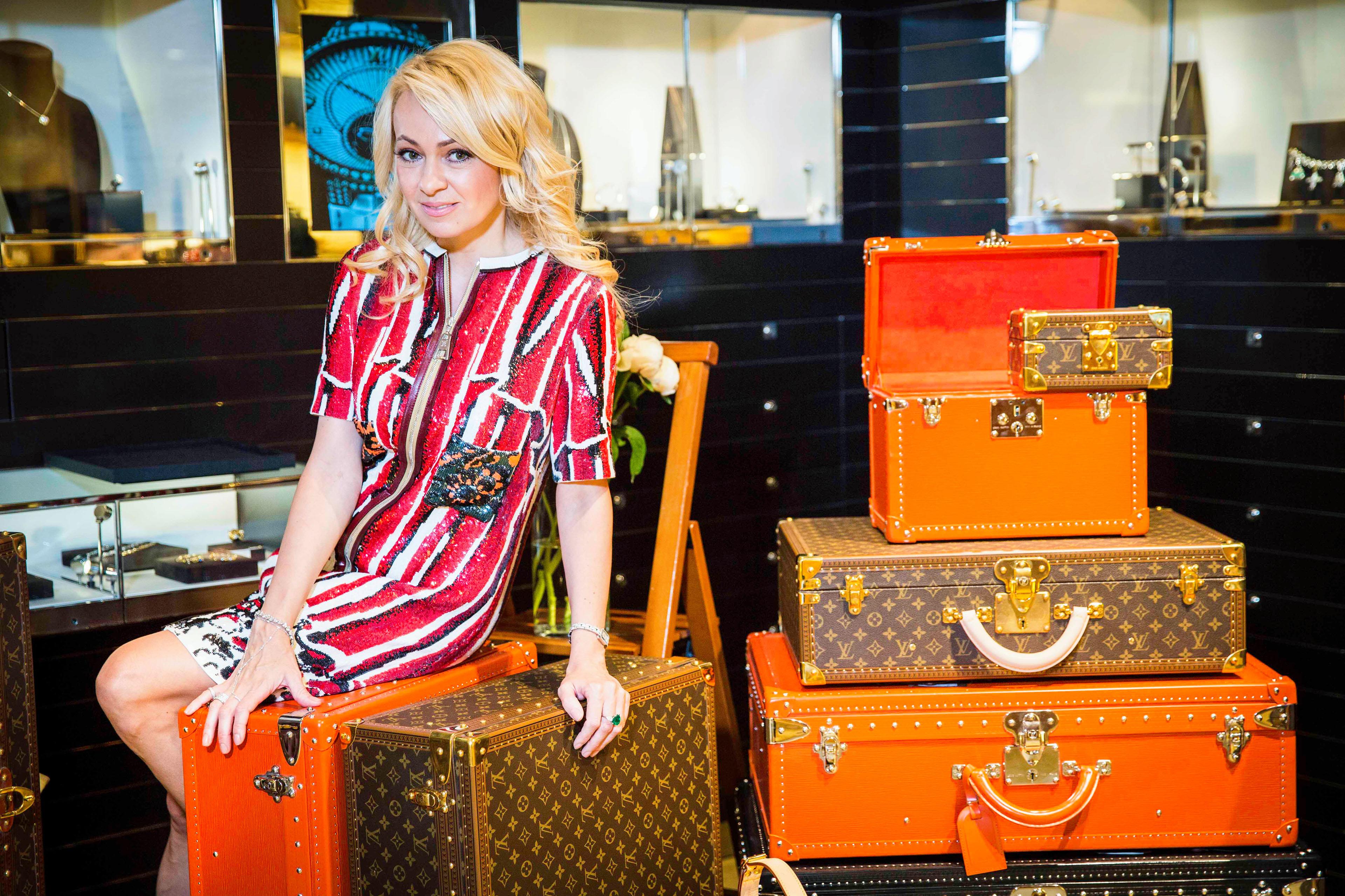 Яна Рудковская с чемоданами Louis Vuitton
