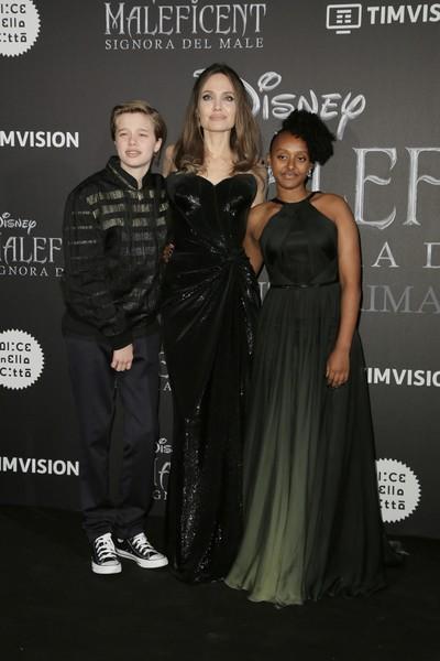 """2019 г, на недавней премьере """"Малефисента: владычица тьмы"""". Слева направо: Шайло, Анджелина, приемная дочь Захара"""