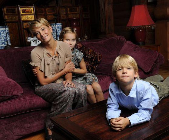 Юлия Высоцкая с маленькими детьми