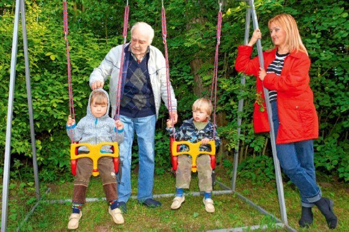 Вячеслав Тихонов с дочерью и внуками