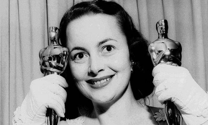 Оливия демонстрирует два «Оскара», 1950 г.