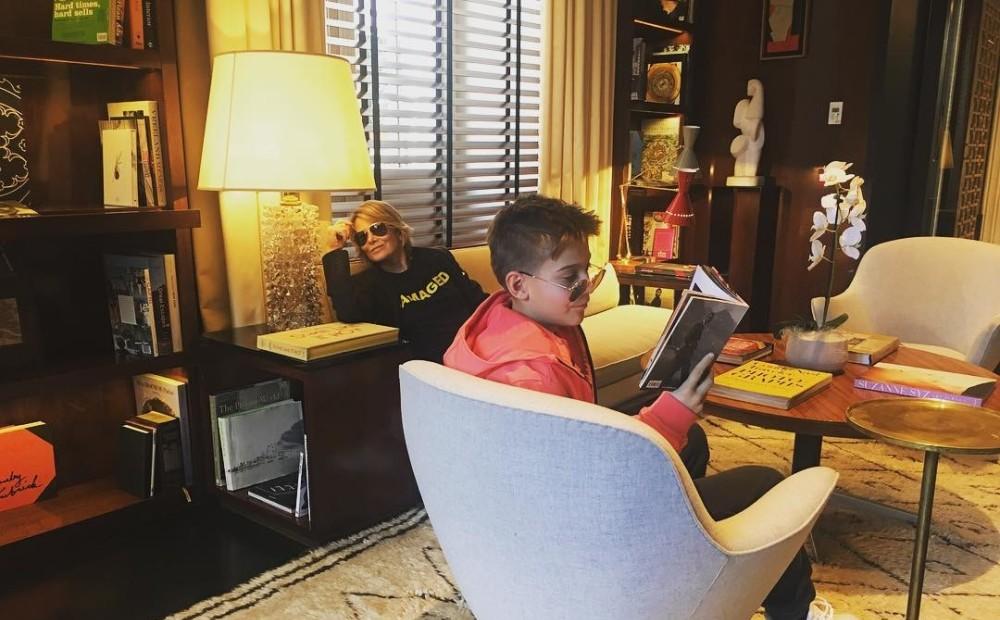 Юлия Высоцкая с сыном в домашней обстановке