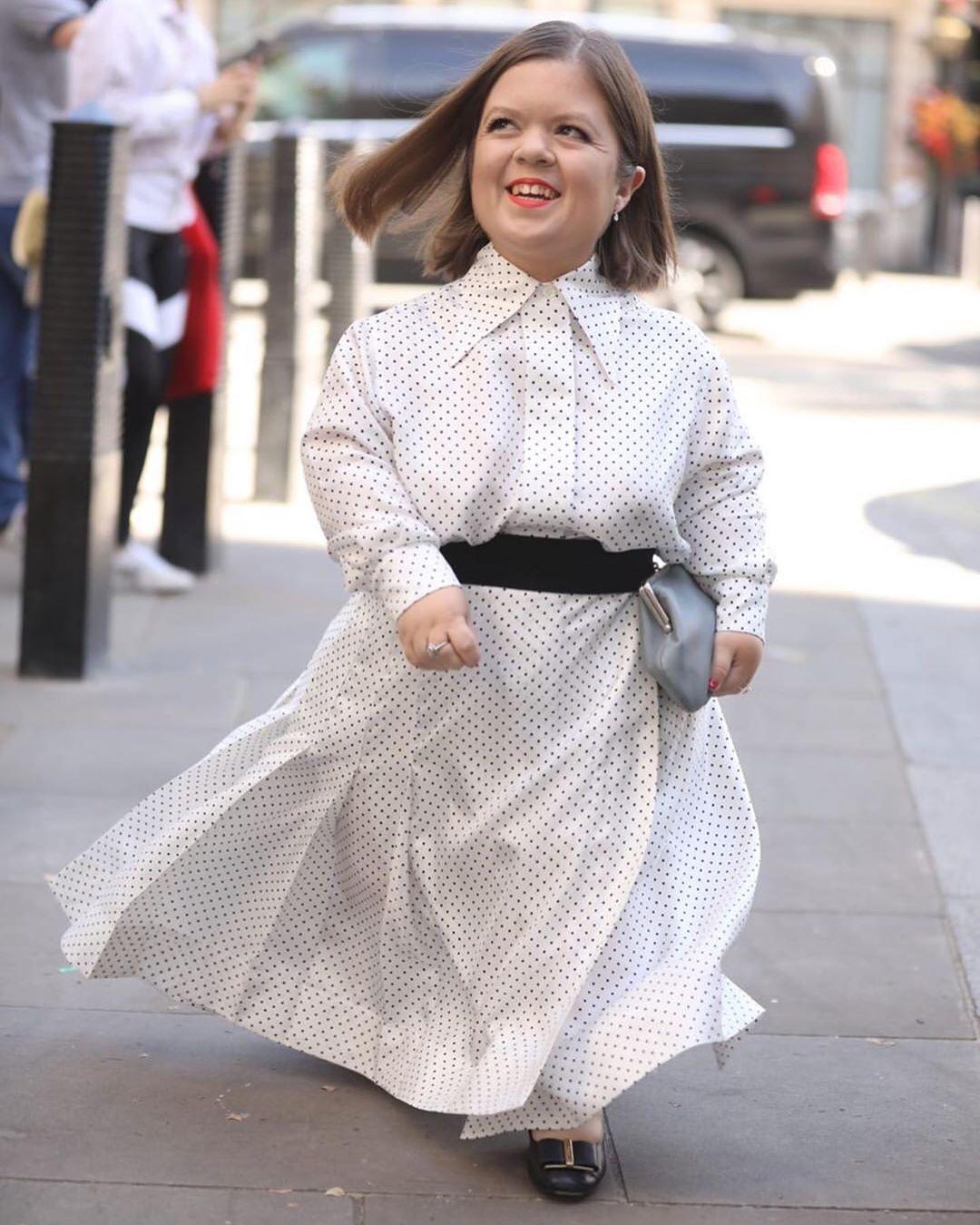 Шинейд Бёрк идет на модный показ Виктории Бекхэм.