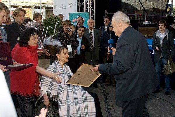 Эльдар Рязанов вручает Марии Баталовой приз за лучший сценарий