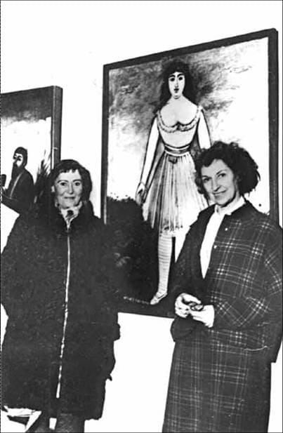 Маргарита де Севр (слева) перед портретом работы Пиросмани