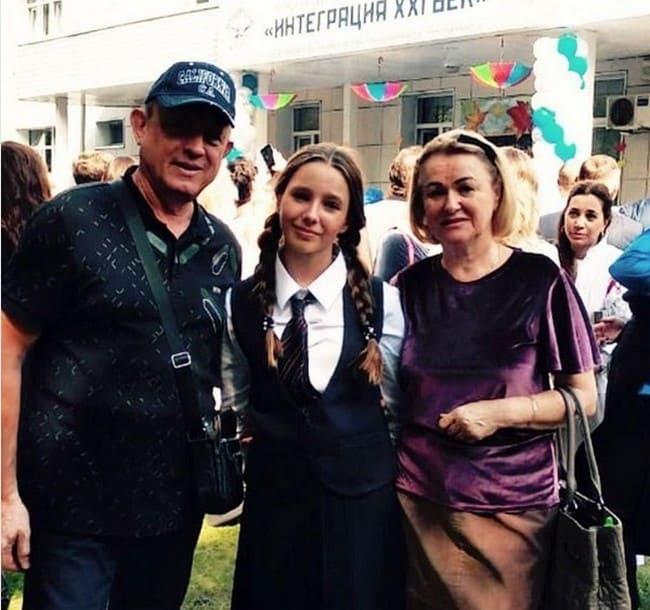 Вера Алдонина с бабушкой и дедушкой перед школьной линейкой