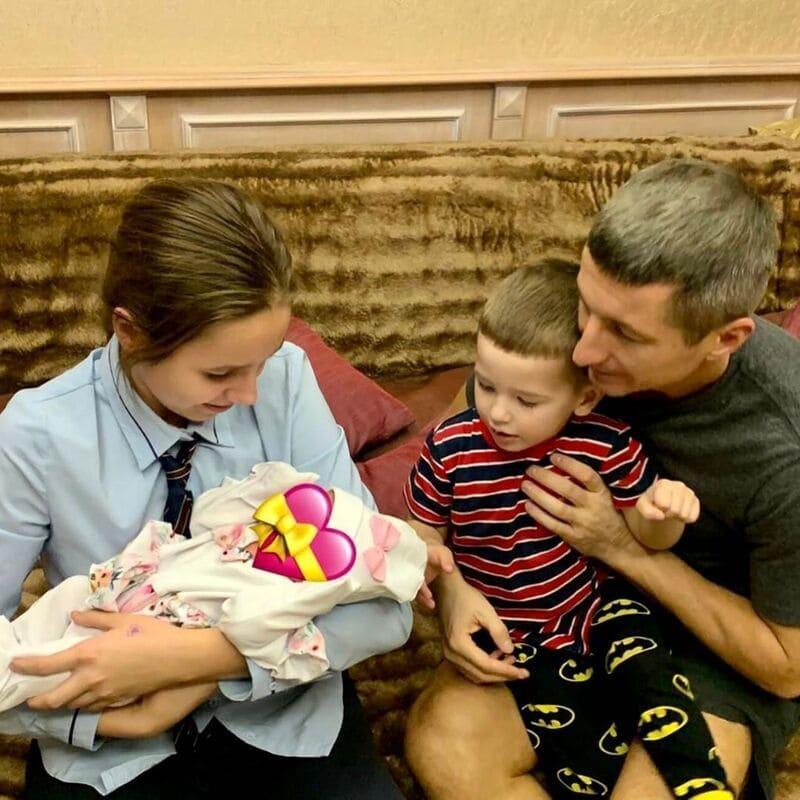 Вера Алдонина с новорожденной сестренкой, отцом и братом