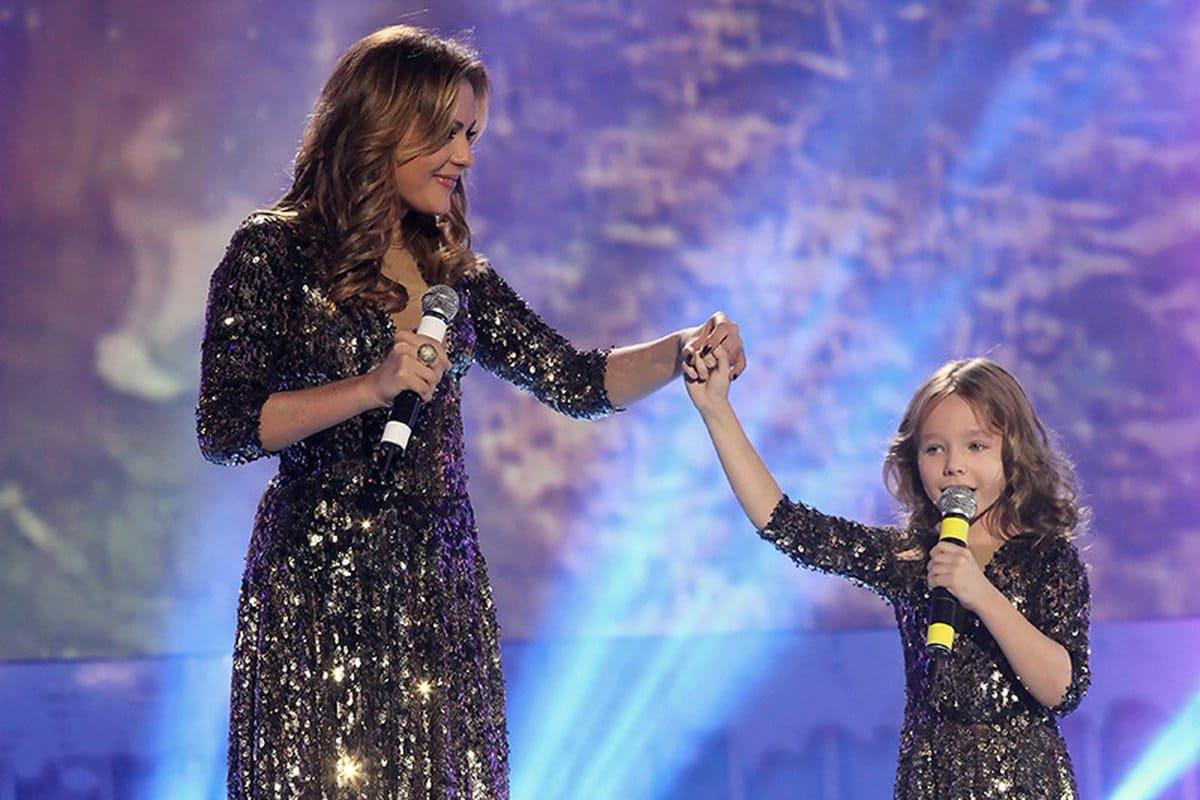 Юлия Началова с дочерью Верой на сцене