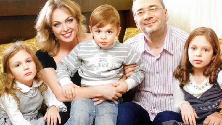 Константин Мелдазе и Яна Сумм с детьми