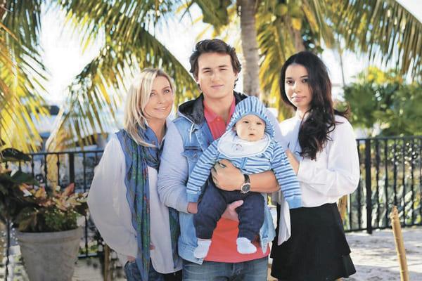 Татьяна Овсиенко с сыном, невесткой и внуком