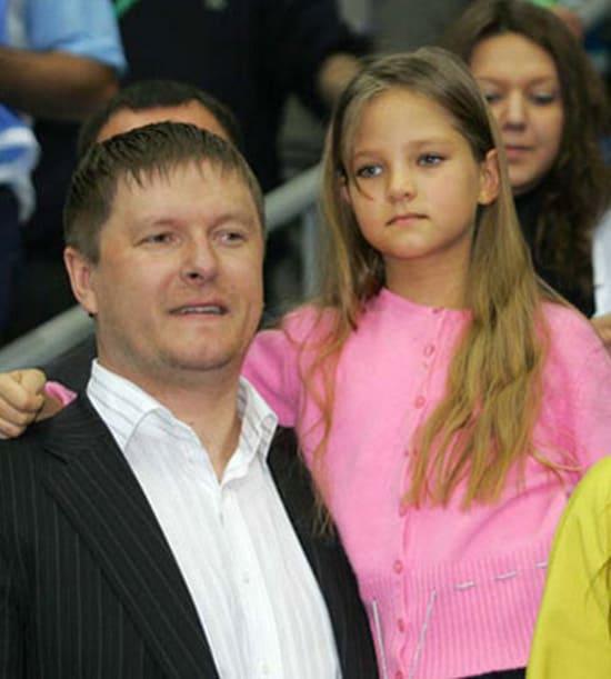 Маленькая Алеся с отцом Евгением Кафельниковым