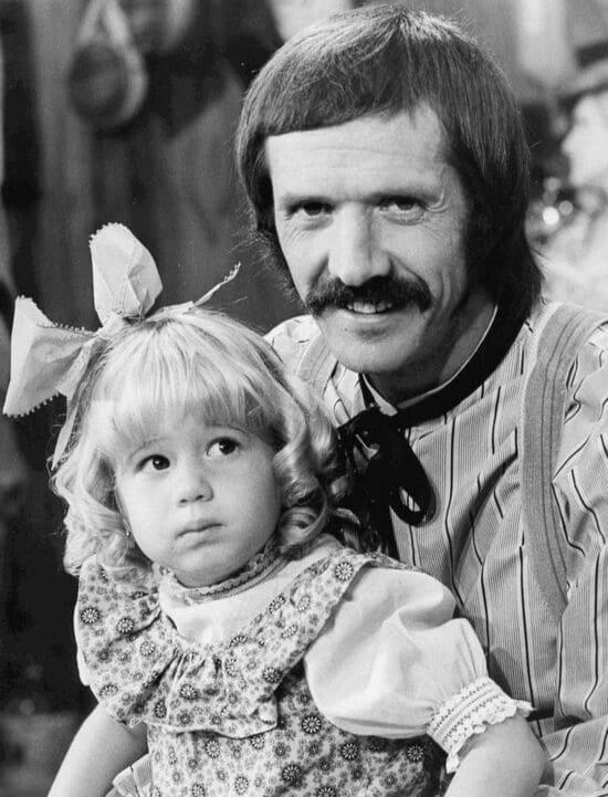 Пятилетняя Честити Боно с отцом