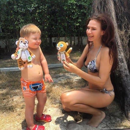 Эвелина Бледанс с сыном дауном