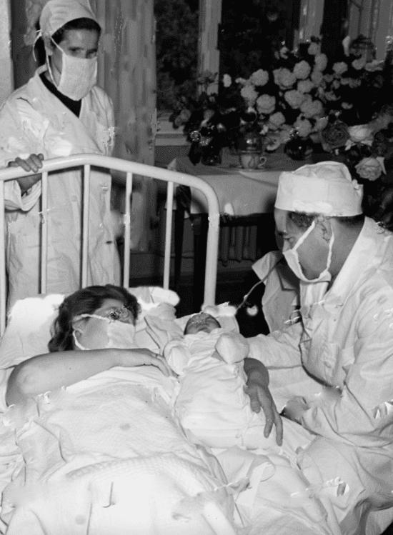 Валентина Терешкова с новорожденной Леной и мужем