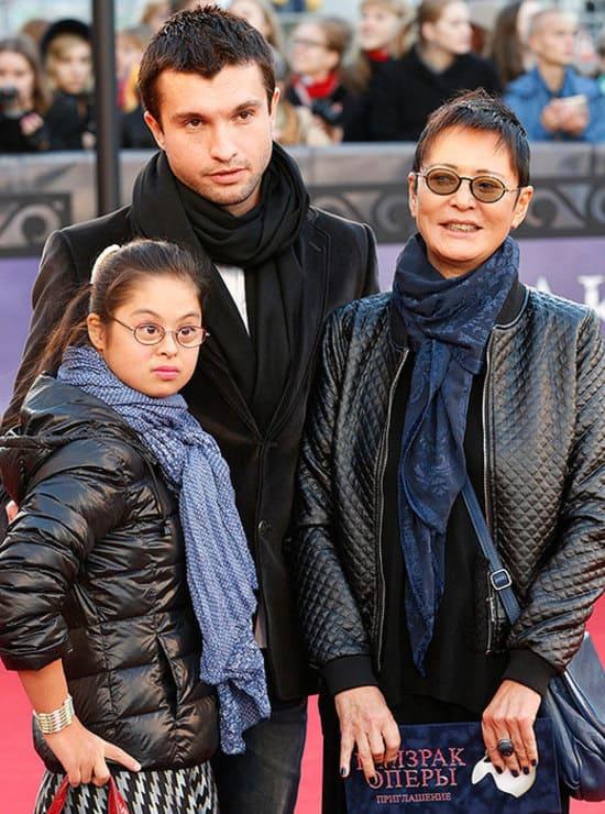 Ирина Хакамада с сыном и дочерью