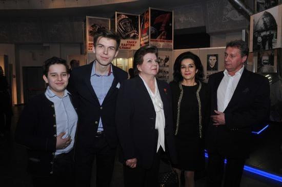 Валентина Терешкова с внуками, дочерью Еленой и зятем - космонавтом Андреем Родионовым