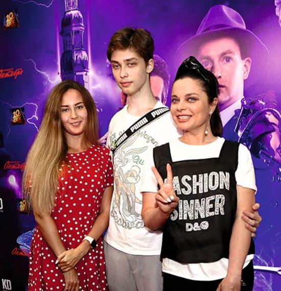 Наташа Королева с сыном Архипом и его девушкой Марией