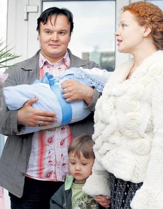 Татьяна Абрамова с первым мужем, старшим сыном и новорожденным Сашей