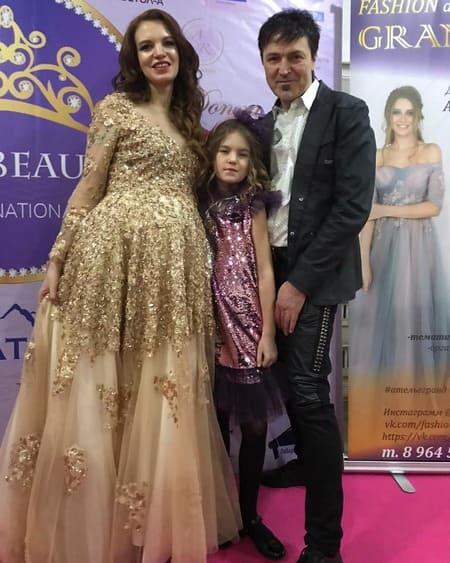 Алексей Потехин с беременной женой и дочерью
