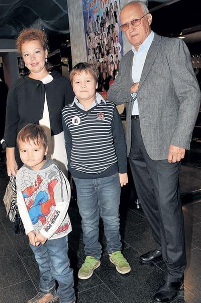 Татьяна Абрамова с сыновьями и вторым супругом актером Юрием Беляевым