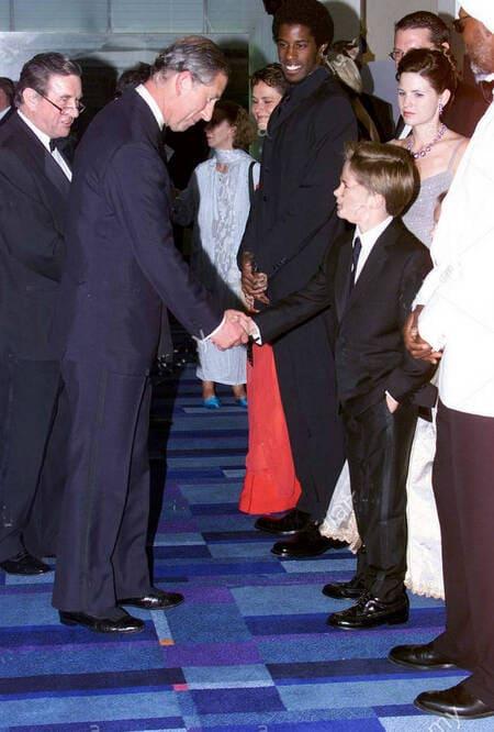 Принц Чарльз приветствует Джейка Ллойда на премьере «Звездных войн» в Лондоне