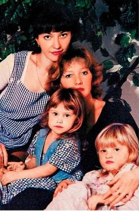Елена Проклова с дочерьми и внучкой