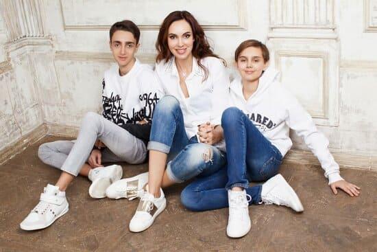 Юлианна Винер с сыновьями