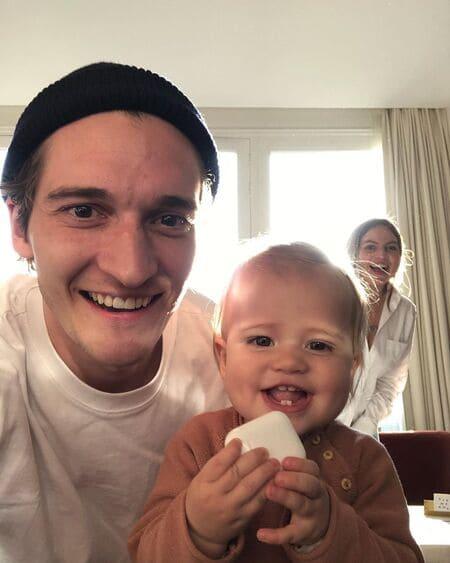 Матвей Лыков с дочерью Сиенной и женой