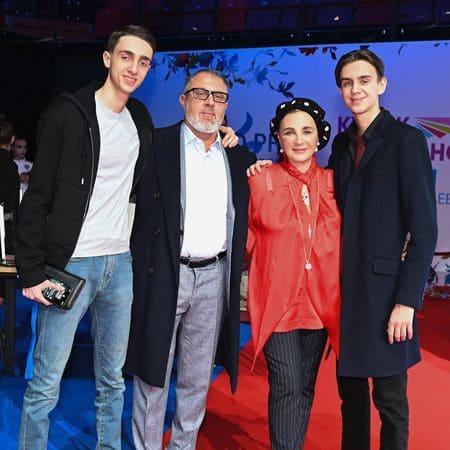 Антон Винер с мамой Ириной Александровной и взрослыми сыновьями