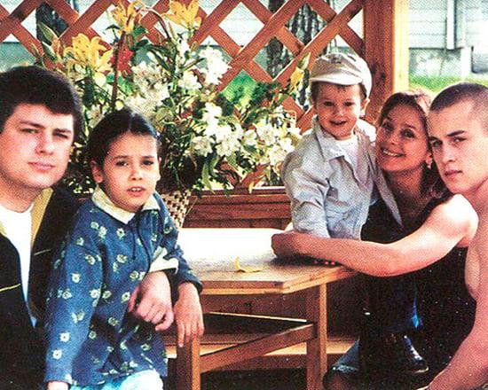 Галина Беляева в окружении своих детей