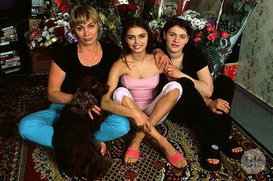 Лейсан (Лисана) Кабаева (справа) с мамой и старшей сестрой Алиной