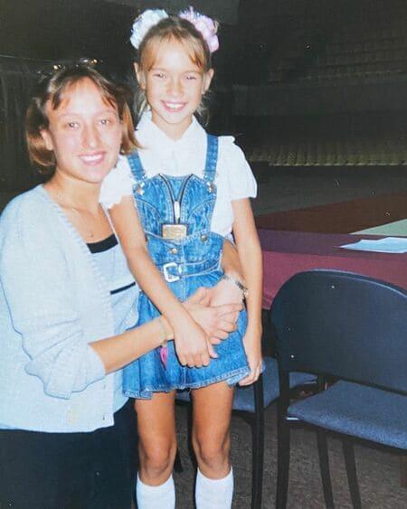 Яна Кошкина в детстве с мамой
