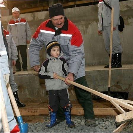 Коля Лукашенко в детстве с отцом
