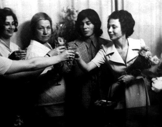 Зинаида Абрамовна (вторая слева), Олег и Ирина Газмановы