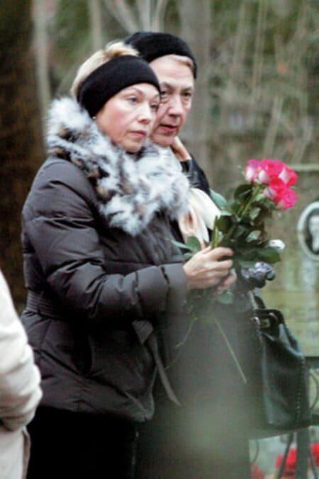 Ирина Газманова и ее сестра Наталья на похоронах матери Олега Газманова