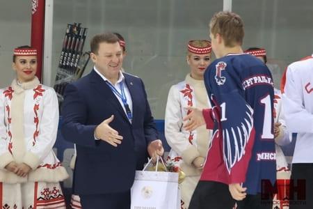 Дмитрий Лукашенко награждает юных спортсменов