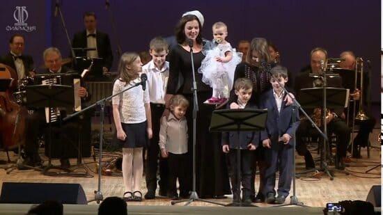 Ирина Леонова с детьми исполняют «Колыбельную»