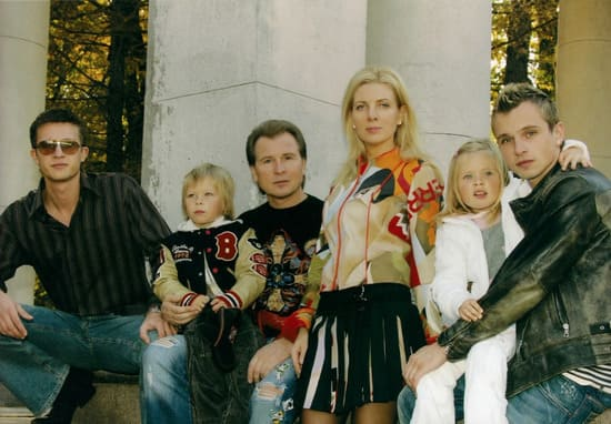 Александр и Эмма Малинины с двойняшками, а также сыновьями от первых браков