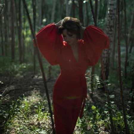 Солоцинская позирует в красном платье