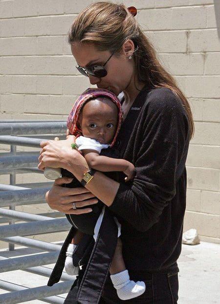 Анджелина Джоли с Захарой сразу после удочерения