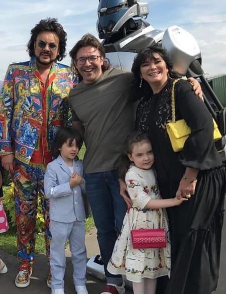 Филип Киркоров с детьми и их крестными мамой и папой