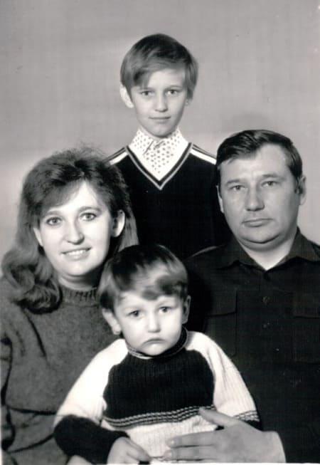 Родители Навального в молодости с маленькими сыновьями